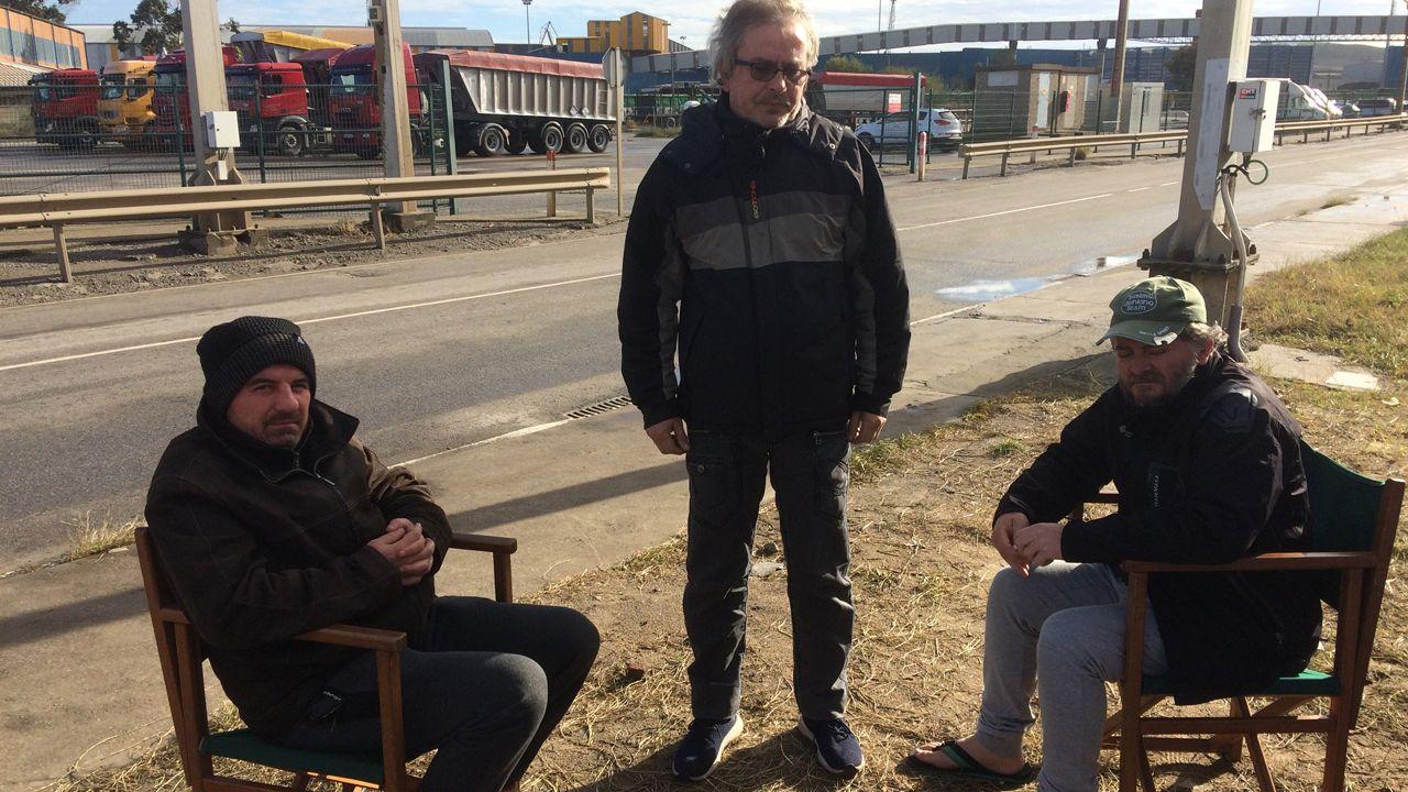 Víctor Calota, Carlos Acevedo y David Román enfrente de la fábrica de Azsa
