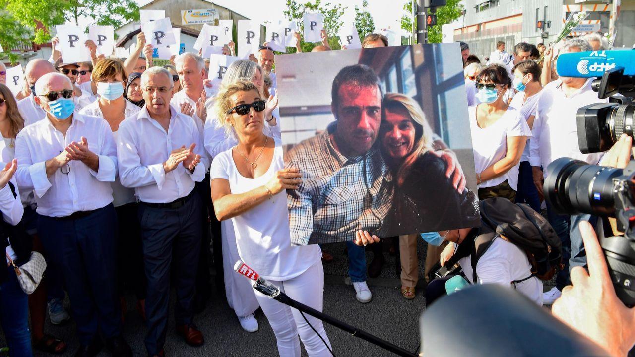 La mujer del conductor agredido en Bayona Philippe Monguillot, Veronique Monguillot, sostiene el retrato de ambos en una manifestación en la localidad