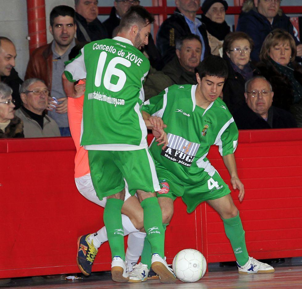 Bruno de Nois y Marcos recuperan ante un jugador del Cuéllar.