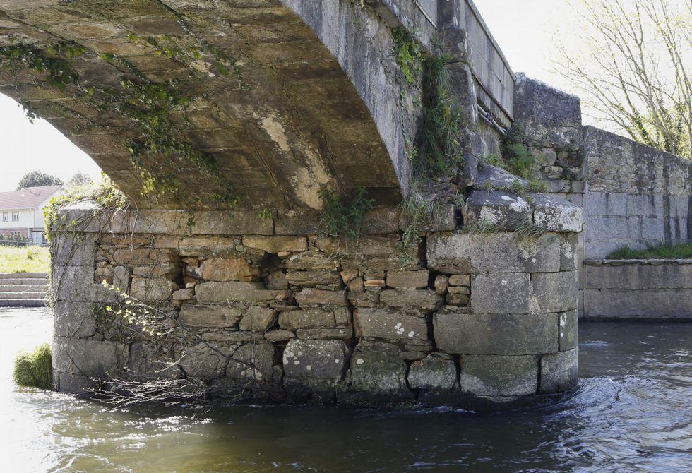 Detalles. En las dos imágenes superiores se ven algunas de las grietas de la estructura, así como la proliferación de hierbas. A la izquierda, la zona de tránsito por el puente.