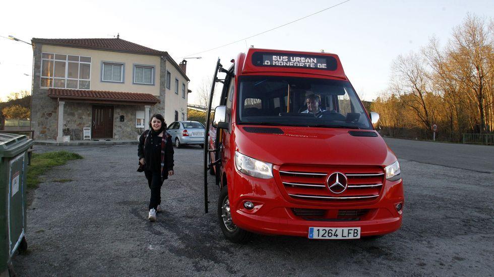 Manuela Álvarez, una de las usuarias habituales del bus urbano, se baja ayer en su parada de Ribas Altas