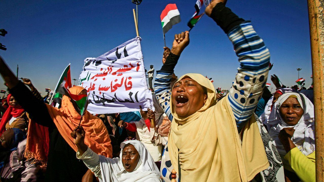 Los partidarios del presidente de Sudán, Omar al-Bashir, gritan lemas mientras se reúnen durante una manifestación para él en la Plaza Verde en la capital, Jartum