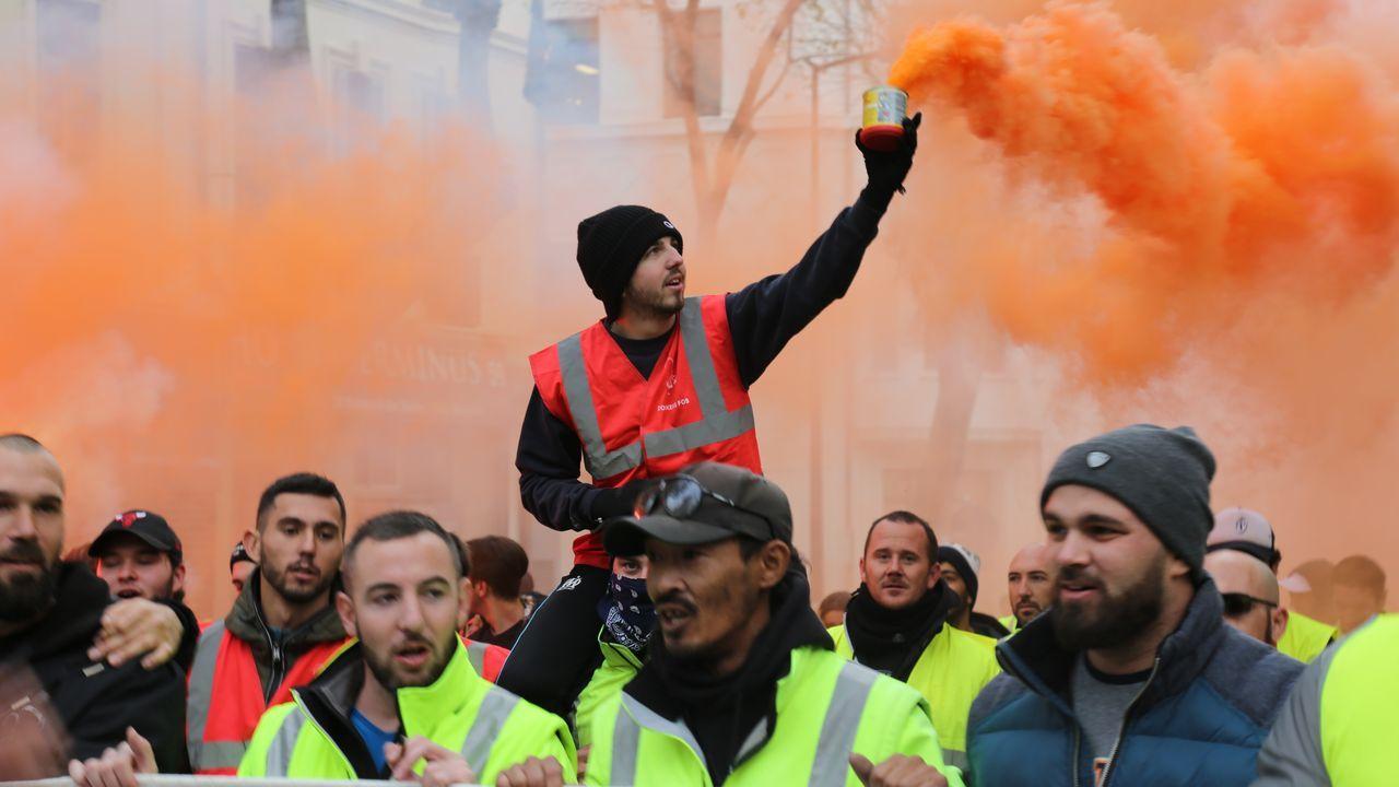 Un grupo de manifestantes protestan por las calles de Marsella