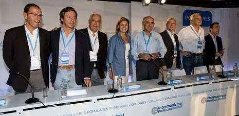 Increpado a la salida de la Audiencia.Dolores de Cospedal, junto a Arenas, Floriano y otros dirigentes del PP en la Intermunicipal que el partido celebra en Murcia.