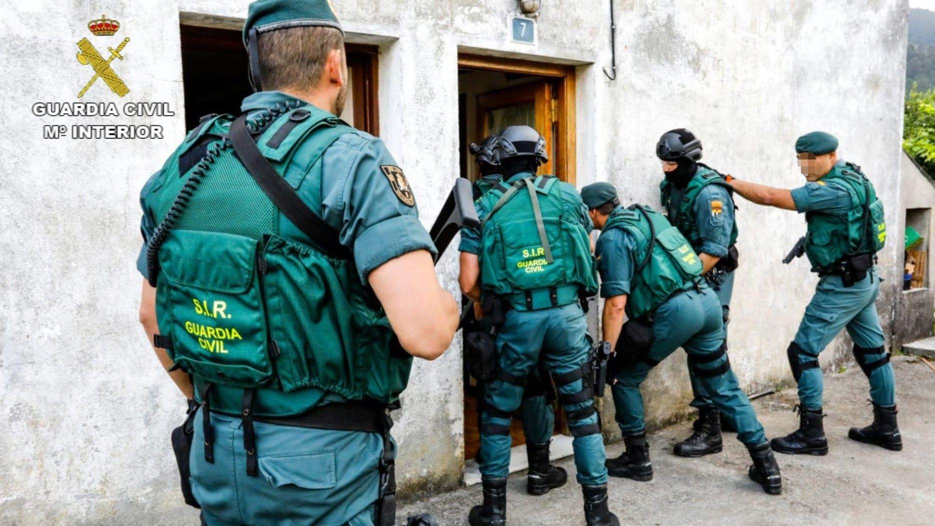Agentes de la Guardia Civil entran en la casa de Galdo, en Viveiro, para detener a la mujer a la que acusan de hacer apología del terrorismo yihadista