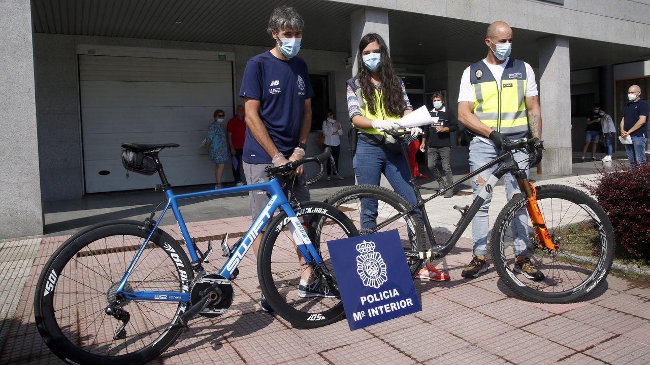 O ciclista Gustavo César Veloso recupera as súas bicicletas roubadas.Javier Losada, en una de las primeras reuniones del centro de coordinación establecido en la Delegación del Gobierno en Galicia