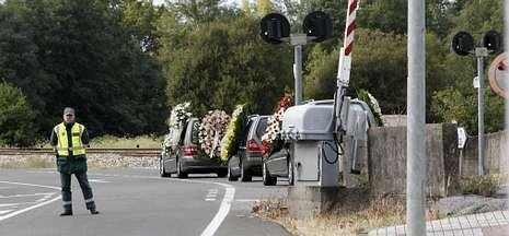El coche fúnebre pasó ayer junto a la vía de tren en la que Diego Rodríguez fue arrollado.