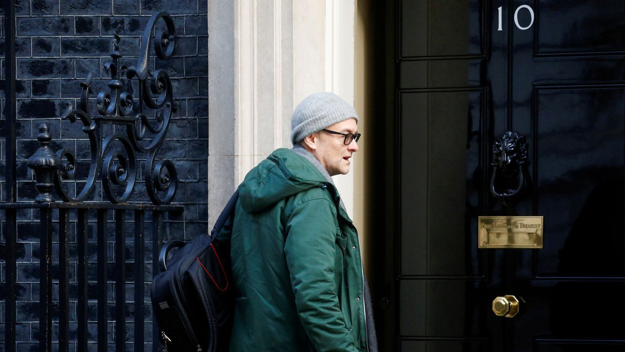 Dominic Cummings a la puerta del domicilio del primer ministro, en Downing Street