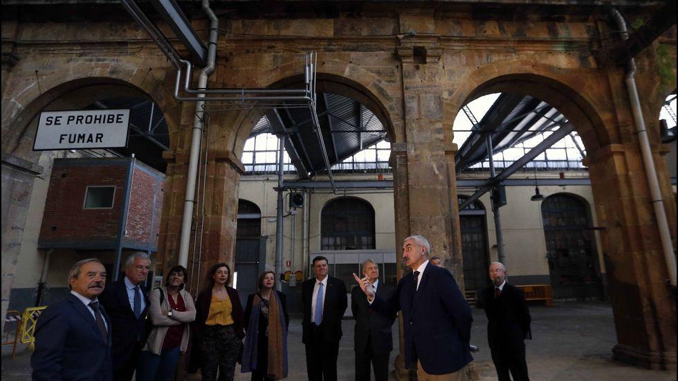 El alcalde de Oviedo, Wenceslao López (1i), y responsables municipales, durante el recorrido que realizaron con los integrantes del Ministerio de Defensa que forman parte del grupo de trabajo encargado de decidir sobre los usos futuros de la antigua fábrica de armas de La Vega.