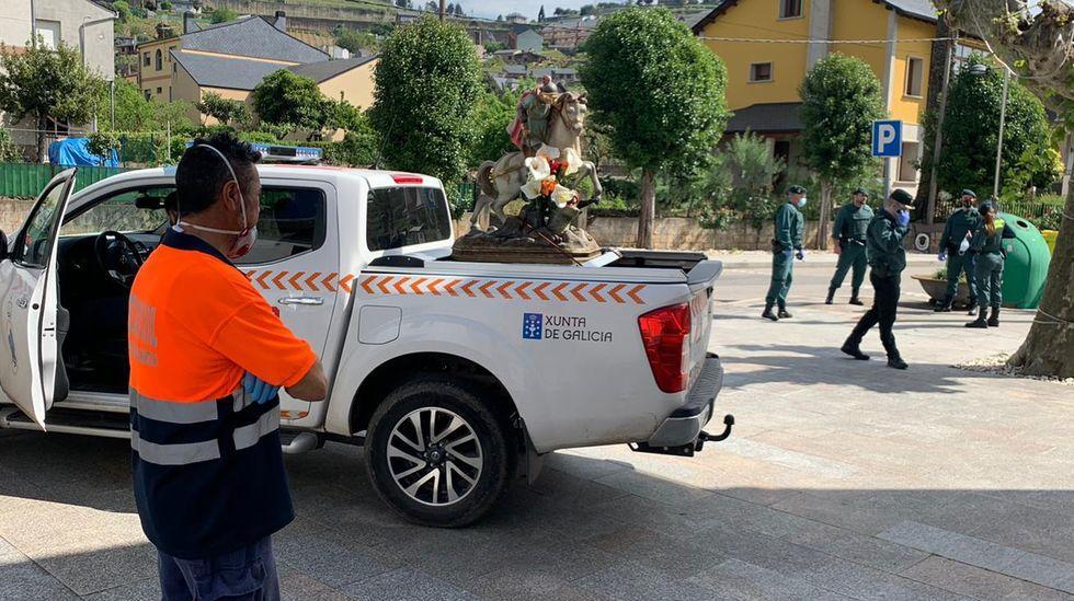 La imagen de san Xurxo salió en procesión en el coche de Protección Civil