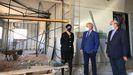 El alcalde José Tomé y los concejales Gloria Prada y José Luis Losada visitaron la nave municipal donde se instalará el nuevo centro