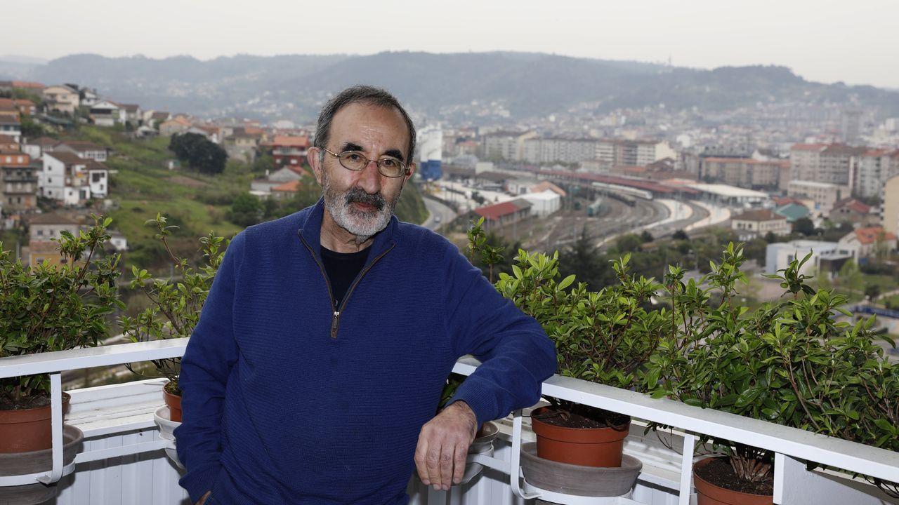 El fin del estado de alarma en Ferrolterra.El profesor Alfredo Martín, rodeado de recuerdos, en una imagen tomada en la Orden Tercera