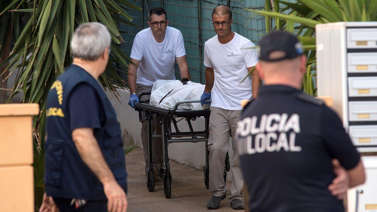 Empleados de la funeraria transportan el cadáver de Ika Hoffmann, la mujer muerta en Mallorca a manos de su pareja