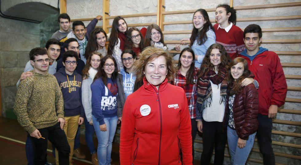 La profesora Ana Santos, en el gimnasio del instituto, con parte de los alumnos que participaron en el proyecto «Acroshow».