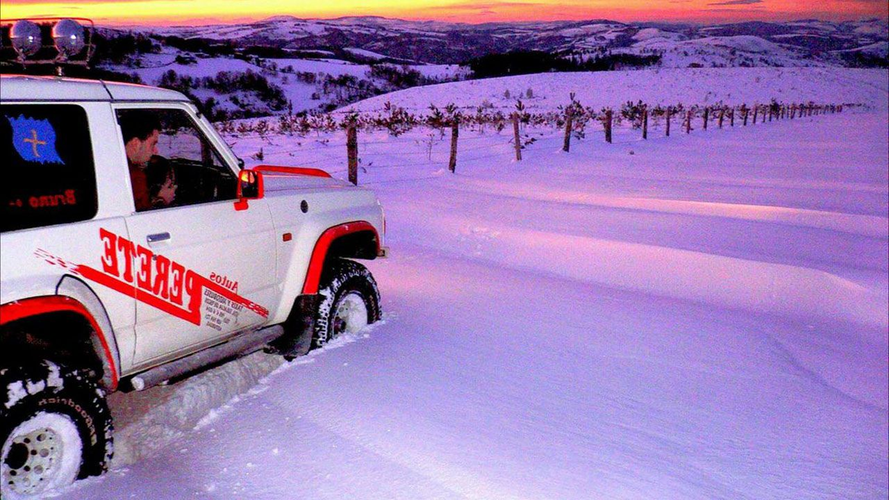La nievepersiste en Asturias.Operario de telefonía trabajando en una zona afectada por la nevada