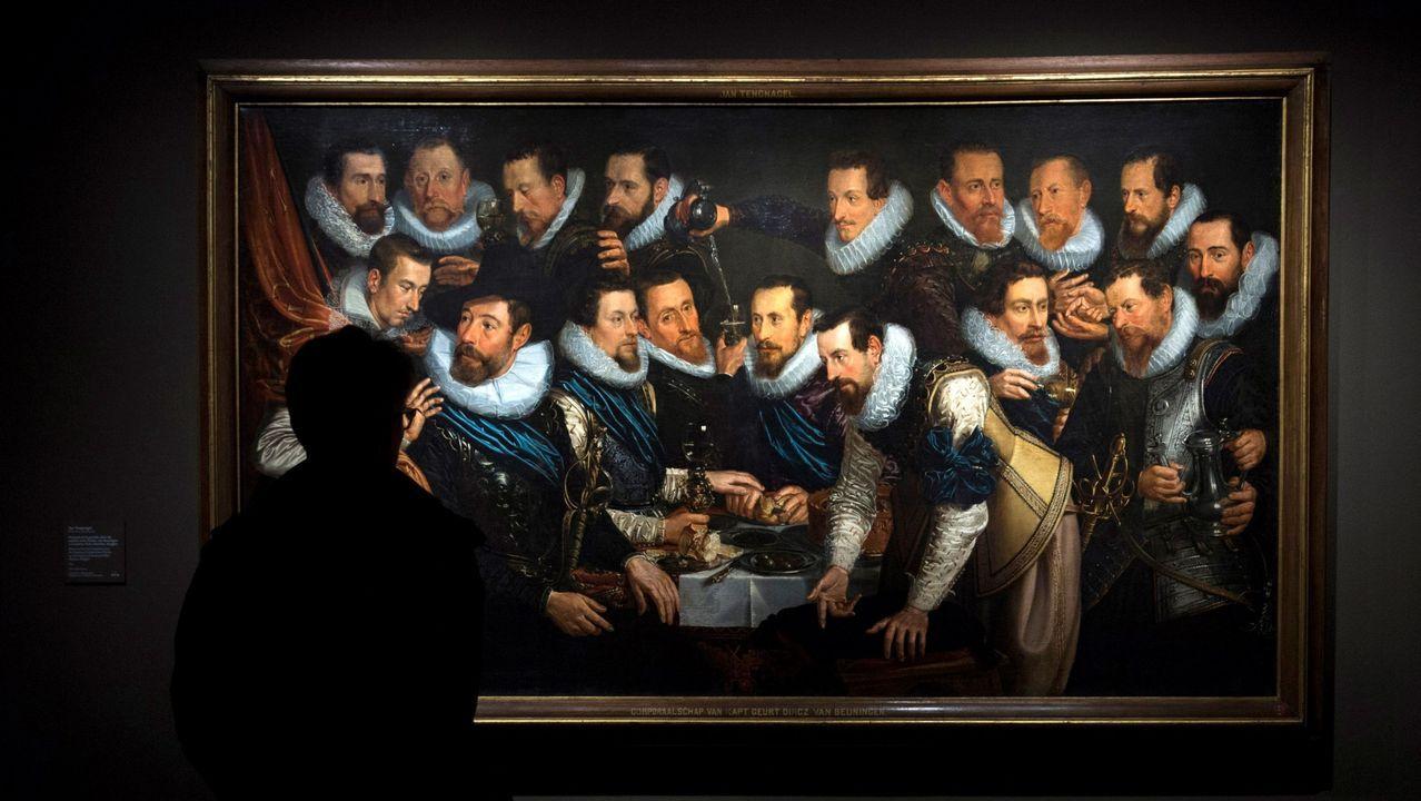 Un asistente observa una obra del pintor neerlandés Jan Tengnagel, que forma parte de la exposición «Rembrandt y el retrato en Ámsterdam, 1590-1670», la muestra estrella de la temporada del Museo Thyssen