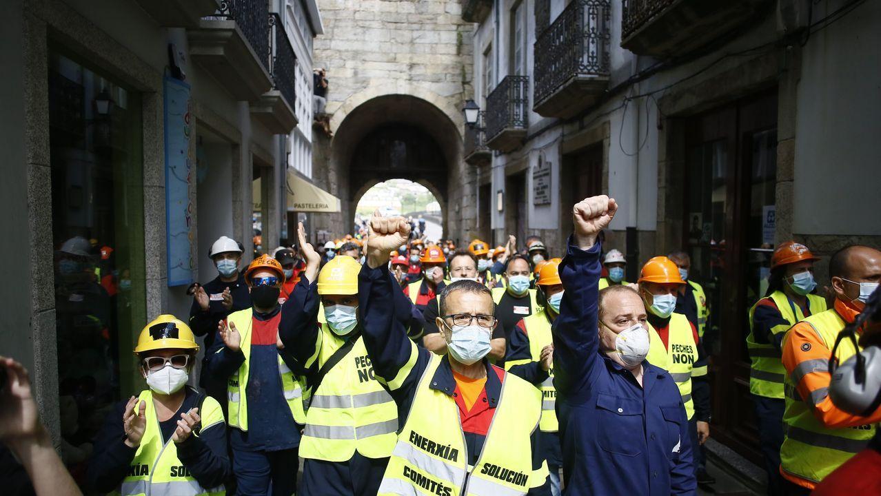 Con fundas y cascos de trabajo (operarios) y de luto (el resto), pasadas las doce del mediodía del domingo los manifestantes cruzaron la Porta de Carlos V en dirección a la Praza Maior de Viveiro
