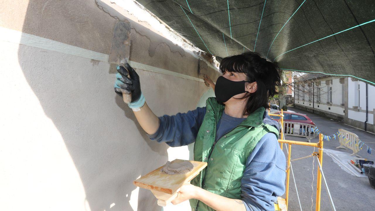 Carola Carrot traballará ata o domingo no mural esgrafiado do Centrad