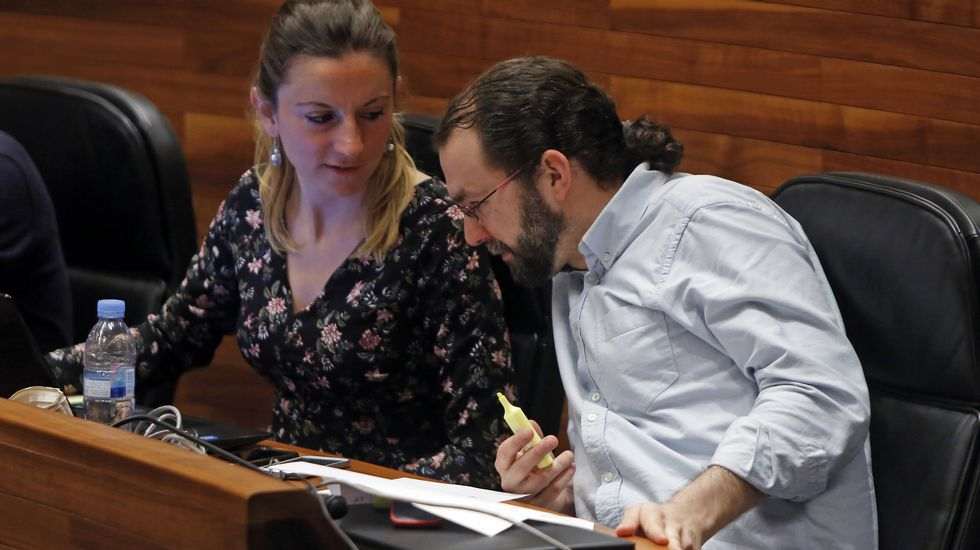 Mercedes Fernández conversa con las socias de Mujeres Siglo XXI en en Besullo (Cangas del Narcea).Mercedes Fernández