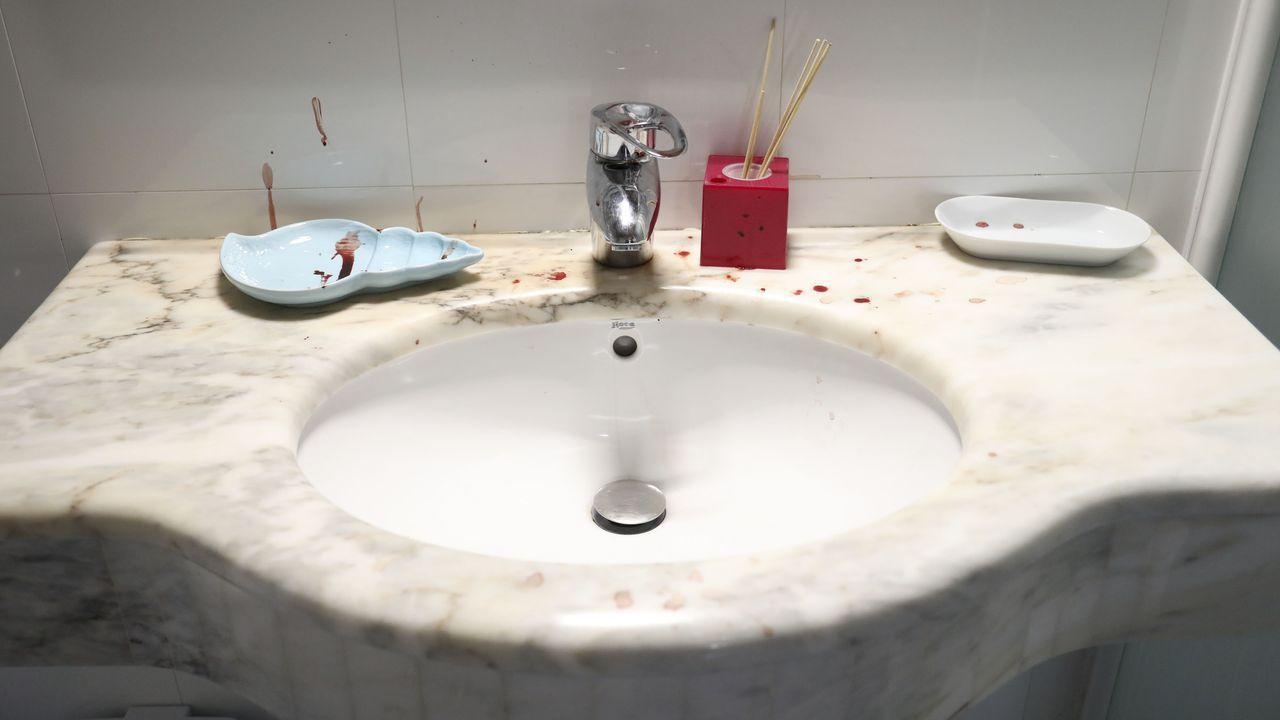 En la vivienda hay un rastro de sangre que recorre varias habitaciones, un cuarto de baño y las escaleras