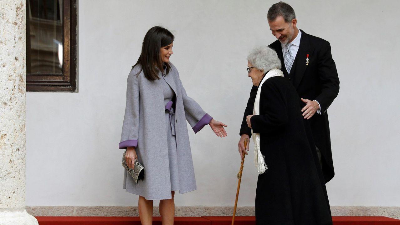Durante la entrega del premio Cervantes, Letizia también recuperó un abrigo y un vestido de Carolina Herrera, que lució en el 2016 en una visita en Portugal