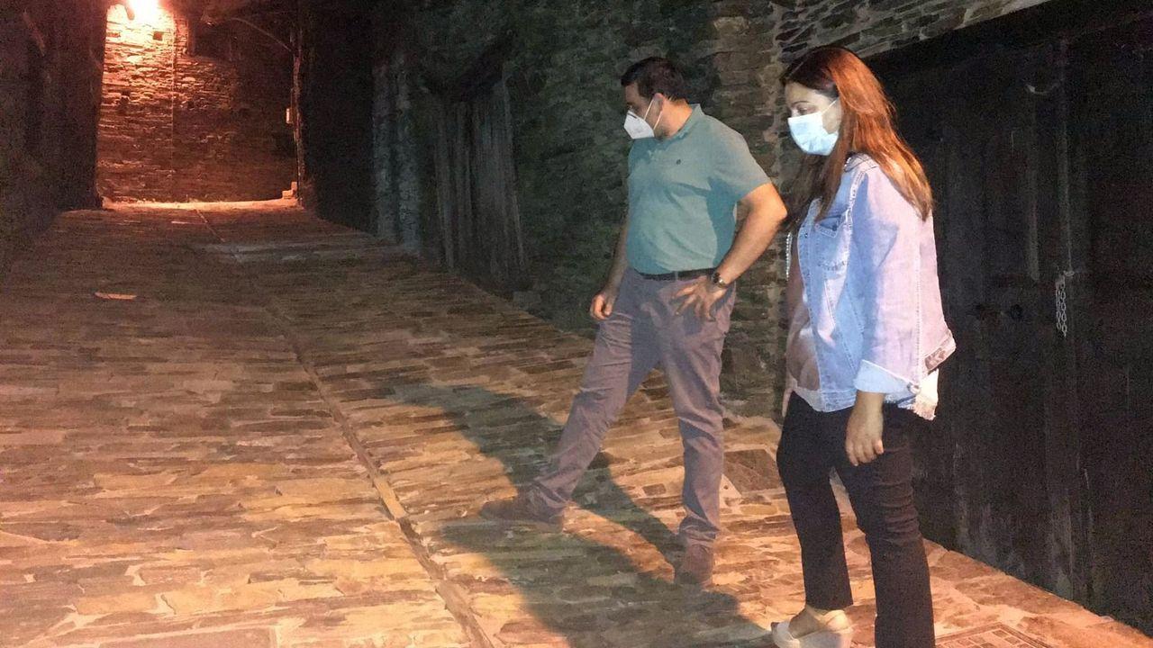 La alcaldesa Dolores Castro y el concejal de Obras, José Antonio López Rodríguez, revisan el pavimento de chapacuña instalado en las calles de Seceda
