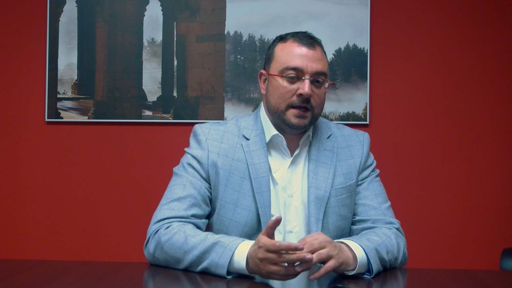Entrevista a Adrián Barbón, candidato del PSOE.Carmen Arbesú, del PSOE de Langreo