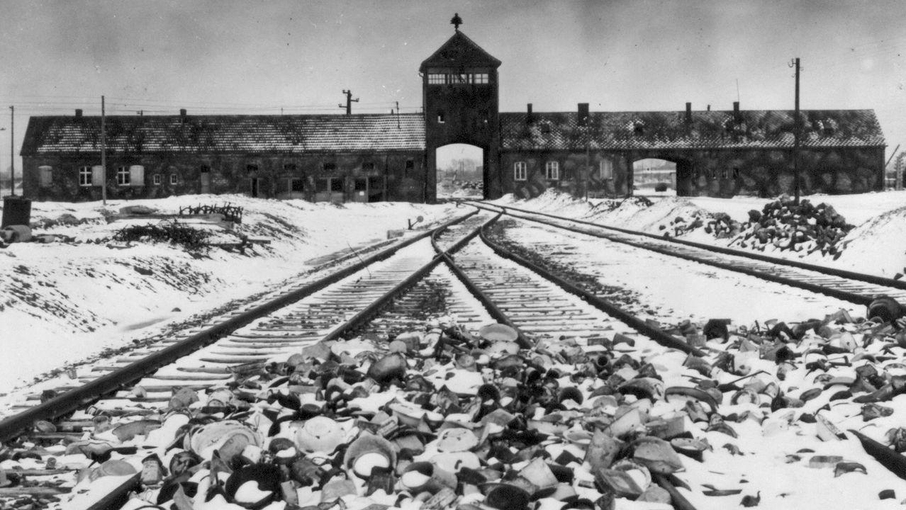 Vías de ferrocarril que daban acceso al complejo de exterminio Auschwitz II-Birkenau y por las que llegaban los trenes de prisioneros judíos, en una imgen tomada después de la liberación