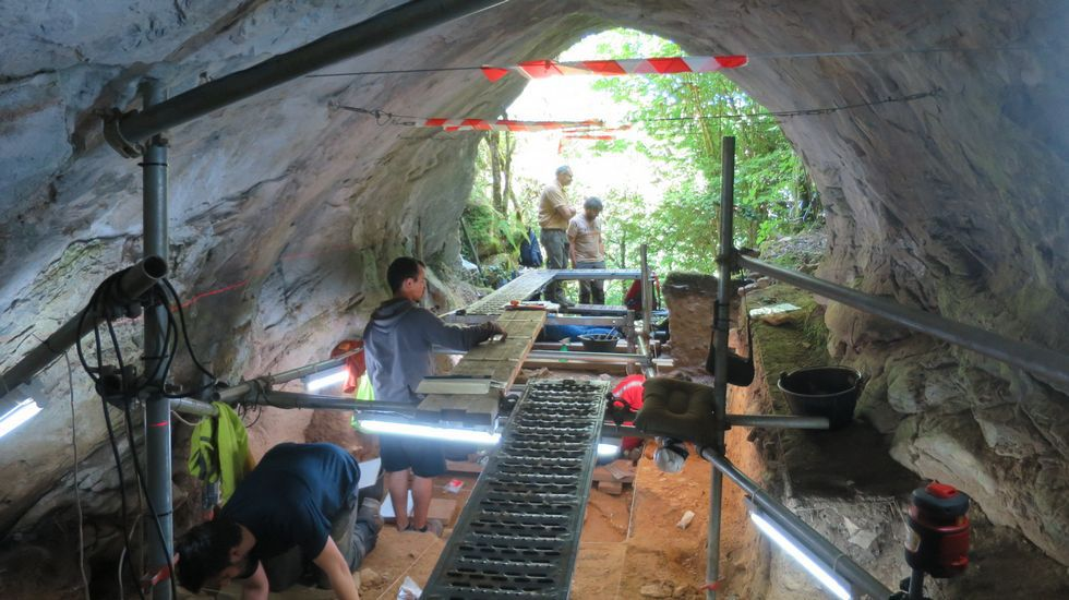 Las imágenes de la operación Muralla en 1972.En Eirós se han encontrado restos que dejaron neandertales y «Sapiens» cuando habitaban la zona, hace más de 30.000 años