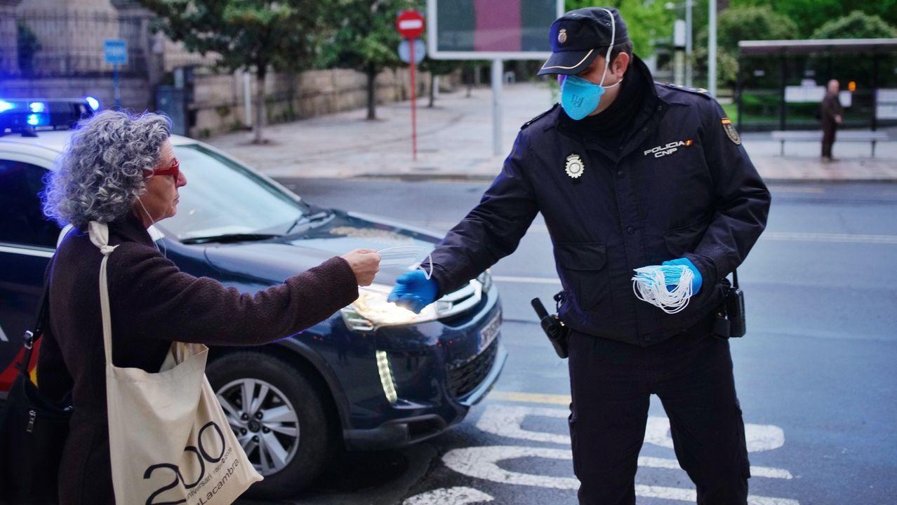 «Que la gente tenga en cuenta que este virus no es ninguna broma».Entrega de mascarillas por parte de la Policía Nacional en una primera fase.