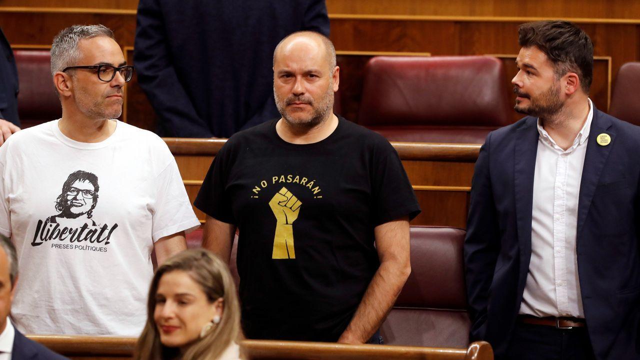 Varios diputados de ERC con camisetas reivindicativas