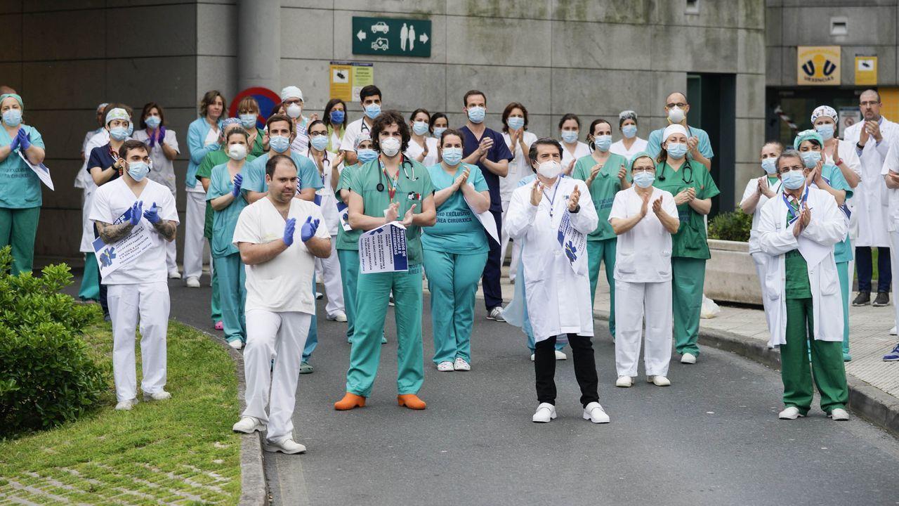 Imagen de una concentración del personal de urgencias durante el confinamiento