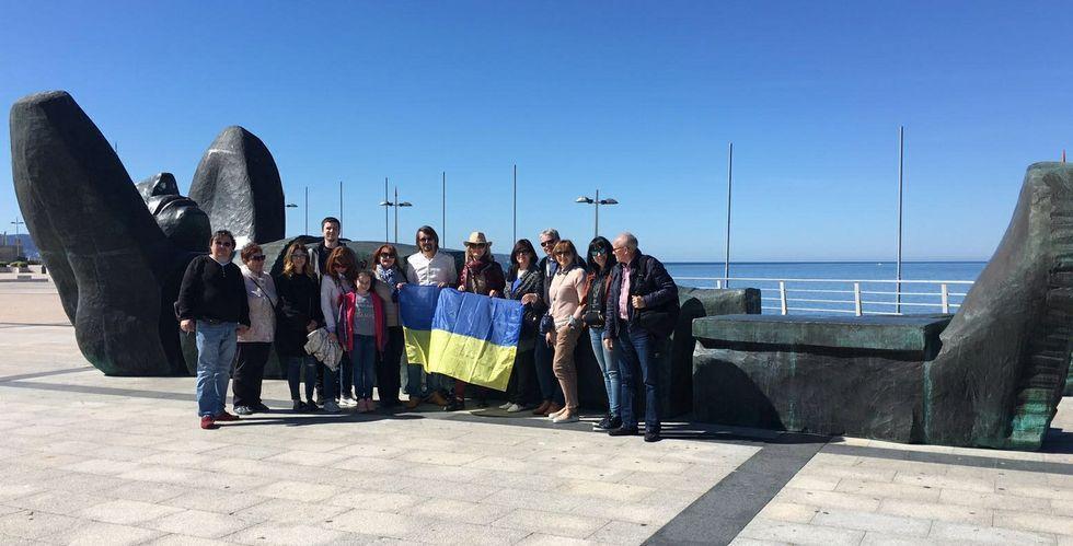 Los turistas ucranianos disfrutaron del baño en la playa de A Lanzada y de su visita a Sanxenxo -en la praza do Mar en la foto-.