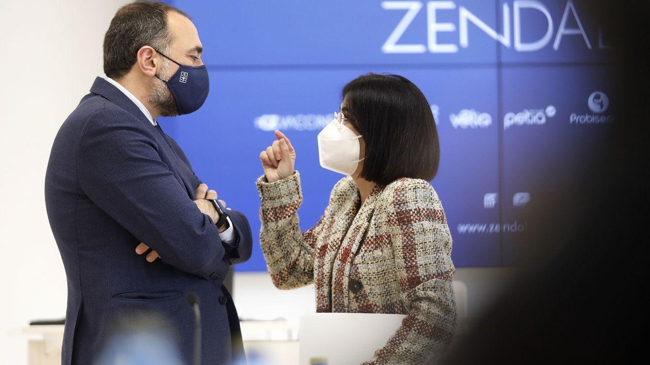 El conselleiro de Sanidade, Julio García Comesaña, y la ministra de Sanidad, Carolina Darias, durante la visita a la planta de Zendal en O Porriño