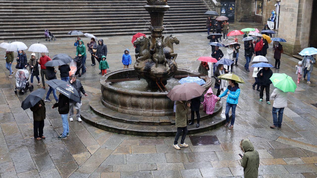 Vuelven la vida a las calles y terrazas de la ciudad.Missandei, Daenerys, Varys y Tyrion en el episodio 7x01 de Juego de Tronos