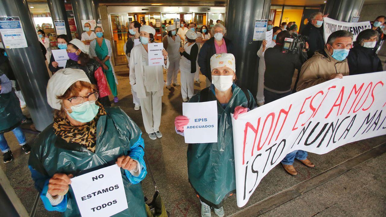 Concentración de trabajadores sanitarios de distintas categorías que tuvo lugar este martes en el hospital Montecelo de Pontevedra