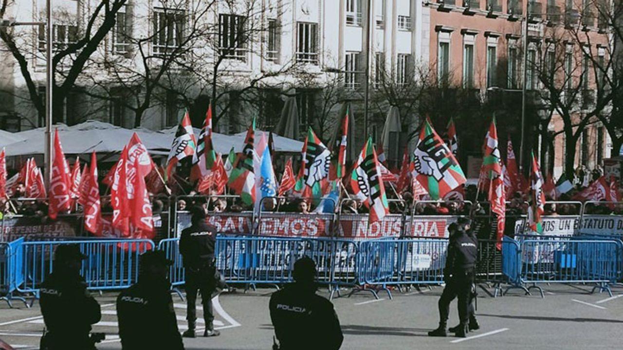 «Compostela, un ano de Voz».Trabajadores de la gran industria reclaman en las inmediaciones del Congreso un futuro para el sector