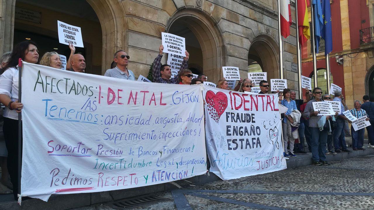 Afectados por el cierre de iDental concentrados ante el ayuntamiento de Gijón en septiembre de 2018