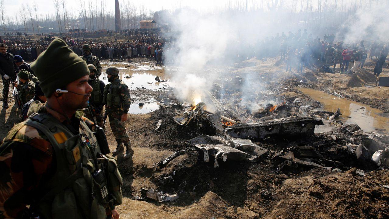 Soldados indios vigilan restos de una aeronave de combate