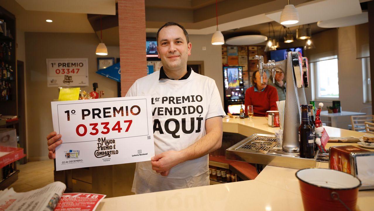 La lotería de Navidad deja en Vigo 2,7 millones en premios gordos.La familia que regenta la administración de la calle Jovellanos en Oviedo celebrando el premio gordo de la Lotería de Navidad