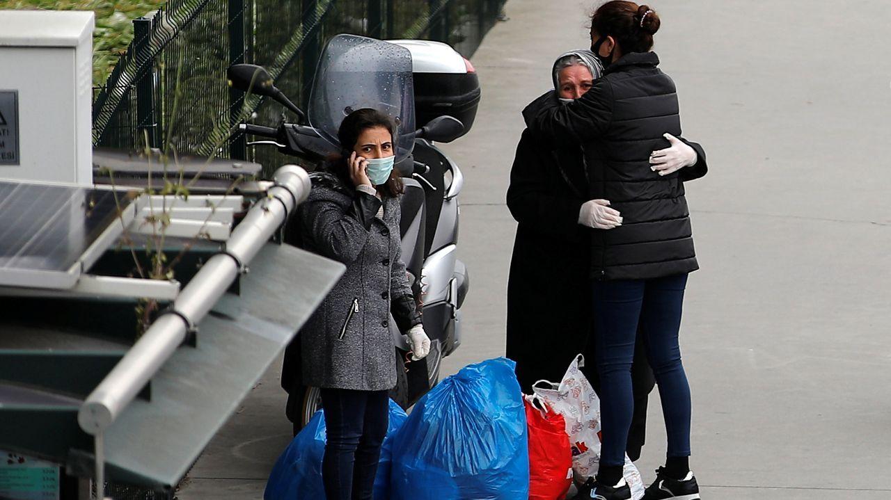 La pandemia en el mundo: la civilización se sumerge en una nueva era.Unas mujeres esperan en una parada de autobús en Estambul, después de ser liberados de la prisión de Bakirkoy