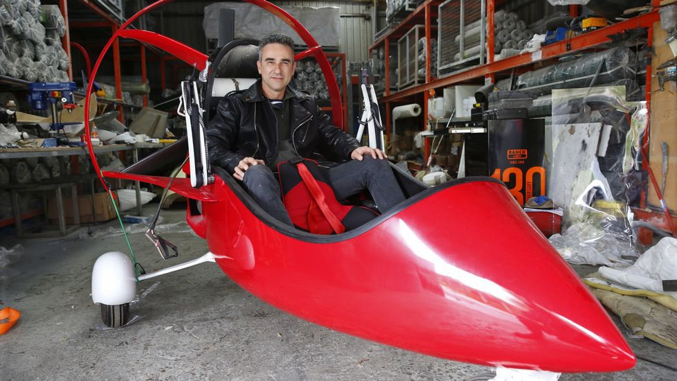 Érase una vez el inventor del «Ferrari» del aire.Un grupo de pasajeros consulta los vuelos en el Aeropuerto de Asturias