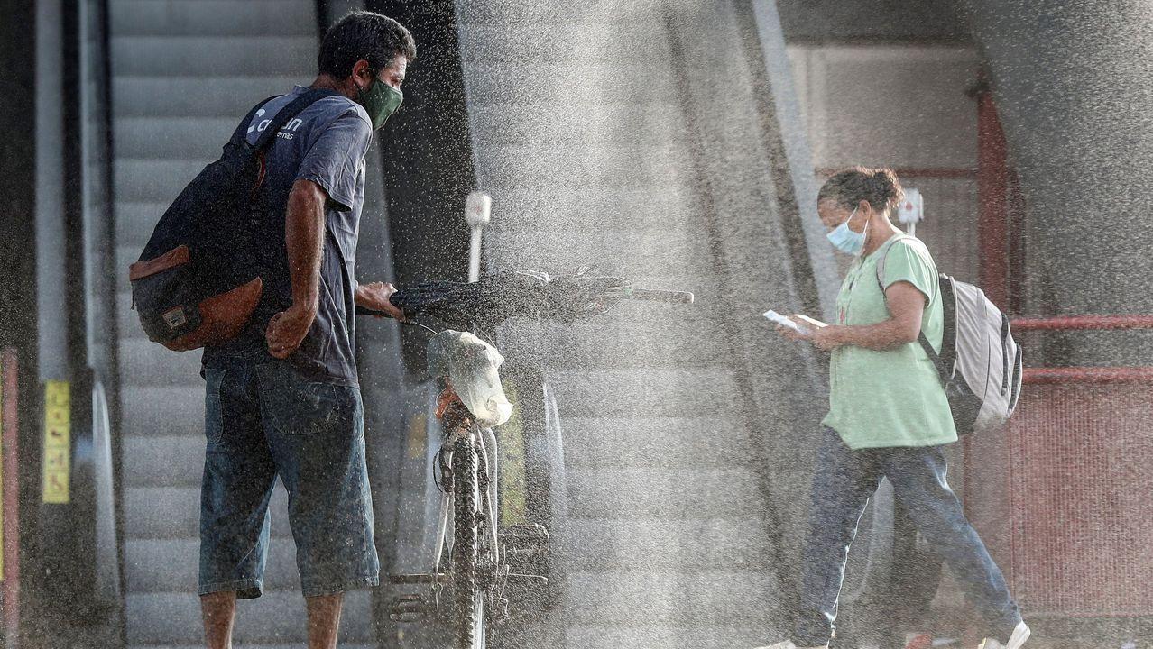 Usuarios pasan por una cabina de desinfección para entrar a una estación del metro, en el centro de la ciudad de Osasco, en Sao Paulo (Brasil)