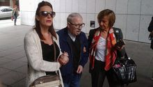José Ángel Fernández Villa accede al juzgado apoyado en su hija y en su procuradora.José Ángel Fernández Villa accede al juzgado apoyado en su hija y en su procuradora