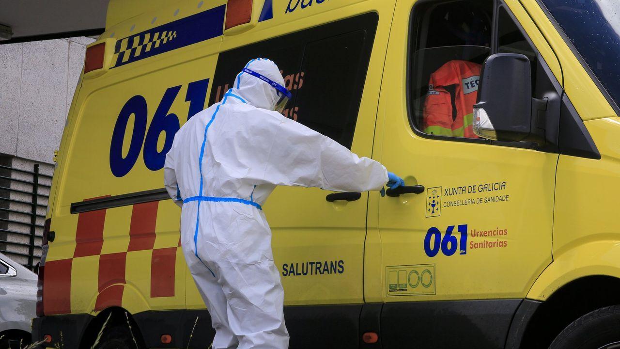Accidente entre dos camiones en la AP-9 en Vigo.Un trabajador de ambulancias con protección contra contagios junto al hospital de Monforte, en una fotografía del pasado mes de abril