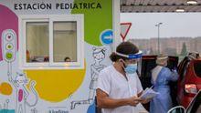Miembros del personal sanitario trabajan en la estación pediátrica instalada en el exterior del Hospital Universitario Central de Asturias (HUCA)