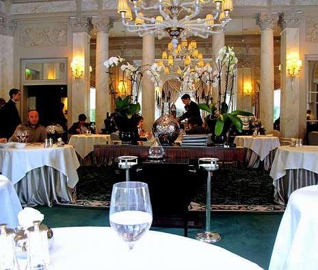 Los reyes de las tres estrellas Michelín.El equipo de Nova Restaurante, al frente del cual están Daniel Guzmán (apoyado en la silla) y Julio Sotomayor (a su izquierda).