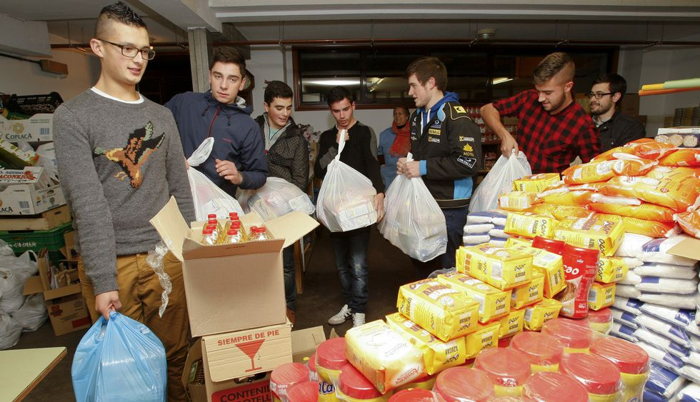 Los estudiantes hacen los paquetes de alimentos y ayudan en el almacén.