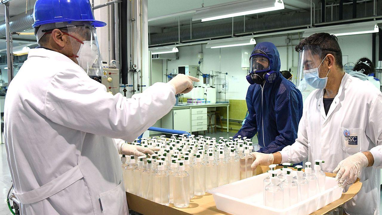 Así fue el proceso de producción en la USC de gel desinfectante de uso sanitario para el Sergas
