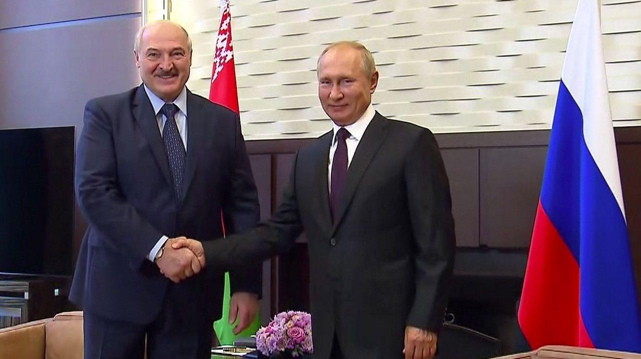Lukashenko y Putin se estrechan la mano antes de su encuentro, este lunes, en la localidad rusa de Sochi